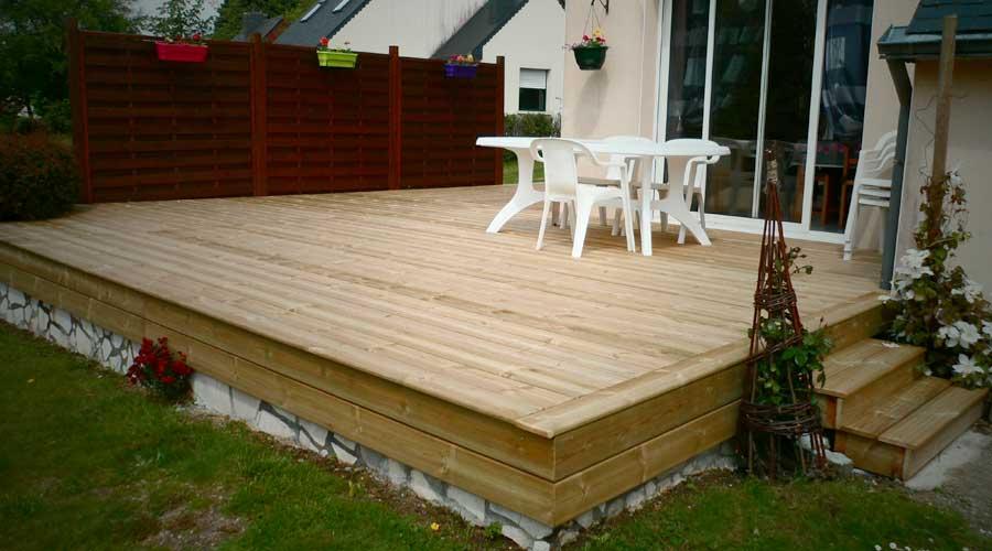 Terrasse bois avec des palettes diverses for Terrasse de jardin en palette